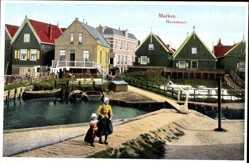 Ak Marken Nordholland, Havenbuurt, Niederländer, Mädchen im Hafen