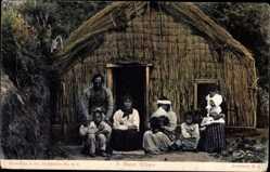 Ansichtskarte / Postkarte Neuseeland, A Maori Whare, Maoris vor ihrer Strohhütte