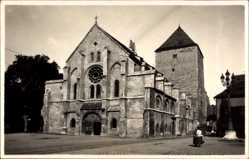Foto Ak Regensburg, Blick auf die Kirche, Rosettenfenster, Straßenpartie