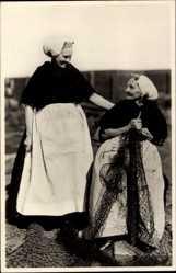Ak Scheveningen Den Haag Südholland, Zwei ältere Frauennähen Fischnetze