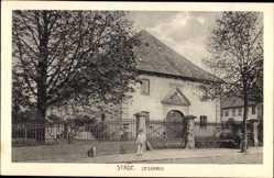 Postcard Stade in Niedersachsen, Partie am Zeughaus, Zaun, Passant