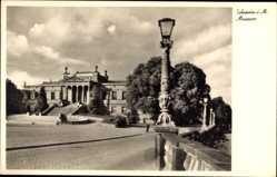 Postcard Schwerin in Mecklenburg Vorpommern, Straßenpartie mit Blick auf Museum