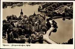 Postcard Schwerin in Mecklenburg Vorpommern, Fliegeraufnahme vom Schloss