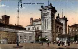 Postcard Saarbrücken im Saarland, Blick auf den Bahnhof, Straßenseite