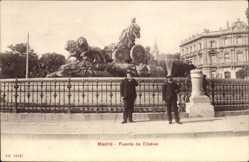 Postcard Madrid, Fuente de Cibeles, Zwei Herren vor dem Brunnen