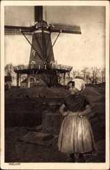 Ak Zeeland Niederlande, Alte Windmühle, Junges Bauernmädchen in Tracht