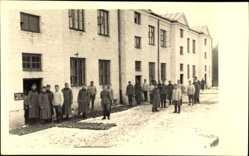 Foto Ak Bialka Polen, Wehrmachtsoldaten vor einem Militärgebäude