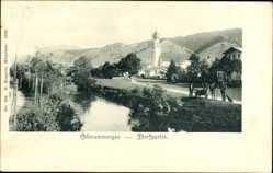 Postcard Oberammergau in Oberbayern, Dorfpartie mit Fluss und Kirche