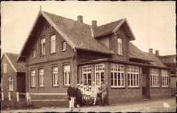 Foto Ak Langeoog in Niedersachsen, Aufnahme einer Familie vor Pension
