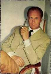 Ak Schauspieler Curd Jürgens, Portrait mit Zigarette, Anzug