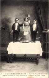 Ak Les Lilliputiens Béarnais, Liliputaner auf einem Tisch, Sektflasche