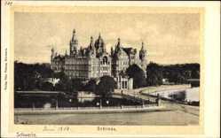 Postcard Schwerin in Mecklenburg Vorpommern, Blick auf das Schloss, Brücke