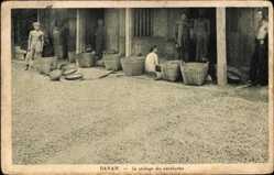 Postcard Banam Vietnam, Le séchage des cacahuètes, des habitants