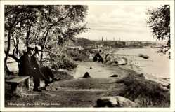 Postcard Helsingborg Schweden, Parti fran Palsjö backar, Stadtansicht, Passanten, Bank