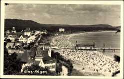 Foto Ak Binz auf Rügen, Stadtpanorama, Strand, Besucher, Gebäude
