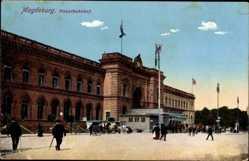 Postcard Magdeburg Sachsen Anhalt, Blick auf den Hauptbahnhof, Passanten