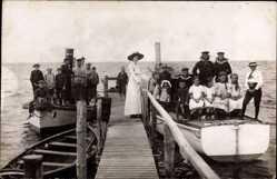 Foto Ak Flensburg in Schleswig Holstein, Kinder und Matrosen in Booten