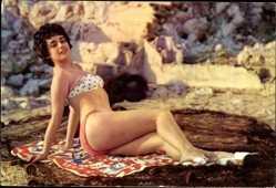 Ak Junge Frau in Badekleid, Dunkles Haar, Am Strand auf einem Tuch