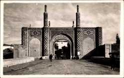 Foto Ak Teheran Iran, Straßenpartie mit Blick auf ein Tor, Mosaik