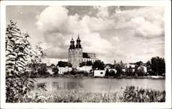 Foto Ak Gniezno Gnesen Posen, Blick zur Kirche, Wasserseite