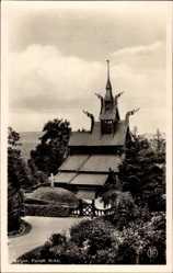 Postcard Bergen Norwegen, Fantoft Kirke, Blick auf eine Holzkirche, Weg, Kreuz