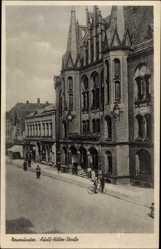 Postcard Neumünster in Schleswig Holstein, Adolf Hitler Straße, Radfahrer, Fassade