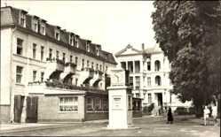 Postcard Ostseebad Heringsdorf, Platz des Friedens, Erholungsheim, Uhr