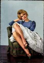 Ansichtskarte / Postkarte Schauspielerin Brigitte Bardot, Sitzportrait, Rock, Beine
