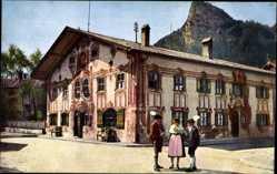 Postcard Oberammergau in Oberbayern, Volkstrachtengruppe am Pilatushaus