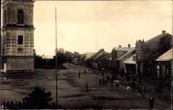 Foto Ak Troskunai Litauen, Marktplatz, Kirchturm, Gebäude, Anwohner