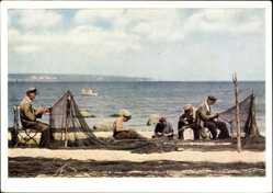Ak Ostseebad Sellin auf Rügen, Blick auf Fischer beim Netzeflicken