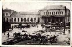 Postcard Kaunas Kowno Kauen Litauen, Am Bahnhof, Artillerie
