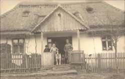 Foto Ak Korolowka Polen, Blick auf Wohnhaus mit Reetdach, Soldat, Bernhardiner