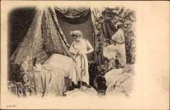 Ak Frau im Schlafzimmer zieht sich aus, Unterwäsche, Bett, Spiegel, Brust