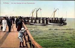 Ak Kołobrzeg Kolberg Pommern, Auf dem Seesteg mit den Fischerbooten