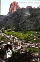 Ak Ortisei St. Ulrich in Gröden Südtirol, Blick auf den Ort, Gebirge, Tracht