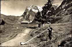 Ak Alphornbläser mit Wetterhorn, Gebirge, Tracht
