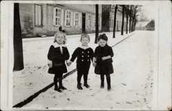 Foto Ak Havelberg in Sachsen Anhalt, Drei Kleinkinder im Winter a.d. Straße