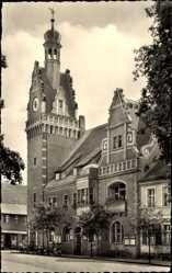 Postcard Güsten im Salzlandkreis, Partie am Rathaus, Uhrenturm, Wetterfahne