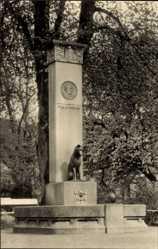 Postcard Güstrow im Kreis Rostock, Blick auf den John Brinckmann Brunnen, Hund