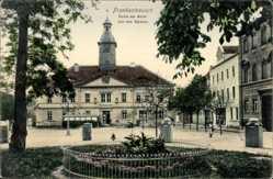 Postcard Bad Frankenhausen im Kyffhäuserkreis, Partie am Markt mit dem Rathaus