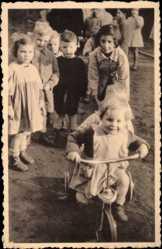 Foto Ak Froyennes Hennegau Wallonien, Au Home, Kinder, Dreirad