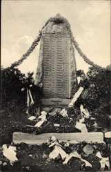 Postcard Edderitz Südliches Anhalt, Beschmücktes Kriegerdenkmal