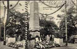 Postcard Bad Dürrenberg an der Saale, Besucher am Kriegerdenkmal
