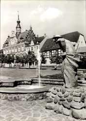 Ak Dahlen im Kreis Nordsachsen, Karl Marx Platz mit Brunnen, Rathaus