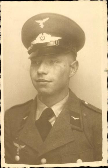 Photo Postcard Deutsche Wehrmacht, Soldat in Uniform