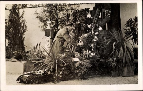 Ansichtskarte / Postkarte Adolf Hitler am Grab seiner   akpool.de