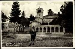 Postcard Cetinje Montenegro, Manastir, Kloster, Arkaden, Mann in Tracht