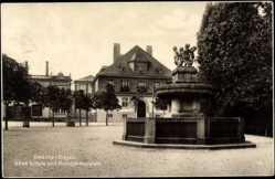 Postcard Oelsnitz Erzgebirge, Neue Schule und Rudolph Brunnen