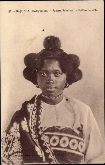 Carte postale Majunga Madagaskar, Femme Sakalava, Coiffure modele